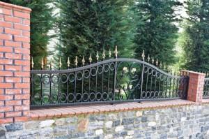 Kovácsoltvas kerítésbetét panellel, pálcával, karikákkal, csúcsdísszel